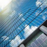 Nowożytny szklany wzrosta budynku drapacz chmur nad błękitnym jaskrawym niebem Fotografia Royalty Free