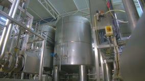Nowożytny technologiczny przemysłowy wyposażenie Rurociąg, pompy, filtry, wymierniki, czujniki, silniki zbiornik przy substancją  zdjęcie wideo