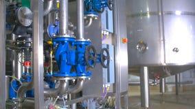 Nowożytny technologiczny przemysłowy wyposażenie Rurociąg, pompy, filtry, wymierniki, czujniki, silniki zbiornik przy substancją  zbiory wideo