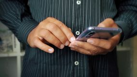 Nowożytny telefon komórkowy w rękach mężczyzna zakończenie up zdjęcie wideo