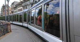 Nowożytny tramwaj na ulicie Strasburg zdjęcie wideo