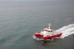 Nowożytny tugboat czerwony i biały kolor w dennym zbliżeniu fotografia royalty free