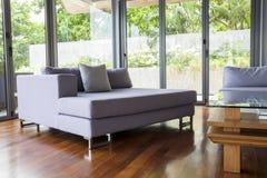 Nowożytny utrzymanie relaksuje pokój z kanapą Zdjęcie Stock