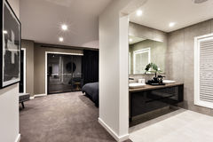 Nowożytny washroom i korytarz inny pokój fotografia royalty free