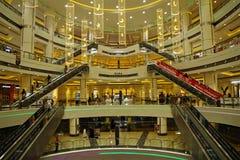Nowożytny wnętrze centrum handlowe zdjęcie royalty free