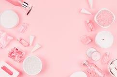 Nowożytny wyśmienity set kosmetyczni produkty i akcesoria w pastelowych menchiach barwimy, kopii przestrzeń, mieszkanie nieatutow fotografia stock