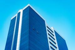 Nowożytny wysoki biznesowy drapacz chmur z udziałem szklani okno przeciw niebieskiemu niebu - wizerunek zdjęcie royalty free