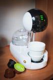Nowożytny zaawansowany technicznie kawowy maszynowy projekt touchscreen elegancka filiżanka kawy Obraz Royalty Free