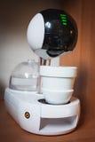 Nowożytny zaawansowany technicznie kawowy maszynowy projekt touchscreen elegancka filiżanka kawy zdjęcia stock