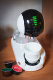 Nowożytny zaawansowany technicznie kawowy maszynowy projekt touchscreen elegancka filiżanka kawy zdjęcie royalty free