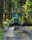Nowożytny zielony żniwiarz parkujący w lasowym żniwie szalunek Łupka jako energii odnawialnej źródło Rolnictwo i obrazy stock