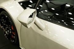 Nowożytnych biel portowa samochodowa powierzchowność lustro, aliażu koło Samochodowi powierzchowność szczegóły Fotografia Stock