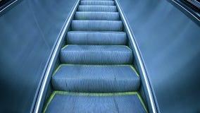 Nowożytnych eskalatorów schodków poruszający up zdjęcie wideo