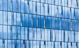 Nowożytna budynek biurowy fasada, nieb odbicia Fotografia Royalty Free