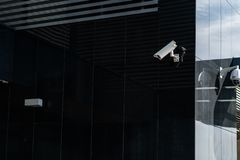 Nowo?ytna CCTV kamera na ?cianie Zamazany noc pejza?u miejskiego t?o Poj?cie inwigilacja i monitorowanie obraz tonuj?cy zdjęcia stock