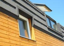 Nowożytna dekarstwo budowa i budynku nowy dom z Skylights, attykiem, Dormers i Dachowym Windows, Zdjęcie Royalty Free