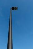 Nowożytna DOWODZONA latarni ulicznej poczta przeciw niebieskiemu niebu Obraz Royalty Free