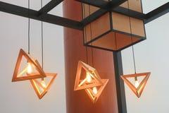 Nowożytna drewniana trójboka breloczka lampa Obrazy Stock