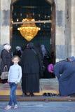 Nowożytna dziewczyna przed meczetem Zdjęcie Stock
