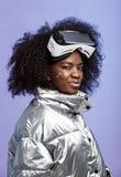 Nowożytna kędzierzawa brązowowłosa dziewczyna jest ubranym na jej głowie ubierał w barwiącej kurtce rzeczywistość wirtualna szkła fotografia stock