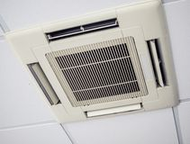 Nowo?ytna klimatyzacja instaluj?ca na suficie obrazy royalty free