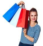 Nowożytna kobieta pokazuje torba na zakupy na bielu Obraz Royalty Free