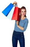 Nowożytna kobieta pokazuje torba na zakupy na bielu Obrazy Stock
