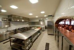Nowożytna kuchnia w restauracyjny ` Zdjęcia Royalty Free