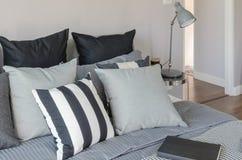 Nowożytna popielata lampa z budzikiem na strona stole w sypialni Fotografia Royalty Free