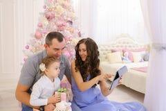 Nowożytna rodzina opowiada z krewnymi na Skype w przestronnej sypialni Obrazy Royalty Free