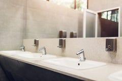 Nowo?ytna wewn?trznego projekta toaleta publicznie Nowi zlew, klepni?cia z lustrem i okno nad, zdjęcie stock
