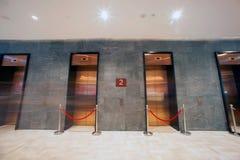 Nowożytna winda w minimalistycznym betonowym budynku Zdjęcie Royalty Free