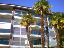 nowożytne blok mieszkaniowy palmy Fotografia Royalty Free