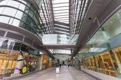 Nowożytnego biura oszklony budynek z zakupy centrum handlowym Centrum biznesu, Londyn, Zjednoczone Królestwo Zdjęcie Royalty Free