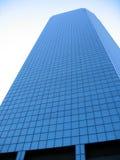 nowożytnemu przeciwko niebieskiego nieba biurowemu budynku. obrazy royalty free