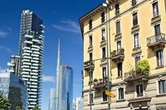 Nowo?ytni budynki, drapacz chmur, drogi i ruch drogowy w Milano, Basztowi budynki, szklani drapacz chmur Diamentu Basztowy i samo fotografia royalty free