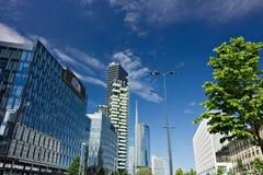 Nowo?ytni budynki, drapacz chmur, drogi i ruch drogowy w Milano, Basztowi budynki, szklani drapacz chmur Diamentu Basztowy i samo zdjęcia stock