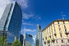 Nowo?ytni budynki, drapacz chmur, drogi i ruch drogowy w Milano, Towe fotografia royalty free