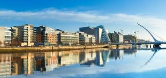 Nowożytni budynki i biura na Liffey rzece w Dublin Fotografia Royalty Free