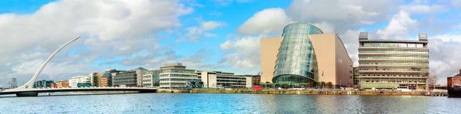Nowożytni budynki i biura na Liffey rzece w Dublin na brygu Zdjęcia Stock