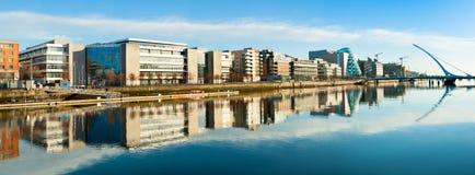 Nowożytni budynki i biura na Liffey rzece w Dublin, panorami Zdjęcie Stock