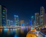 Nowożytni budynki w Dubaj, drapacz chmur architektury pustyni locat Obrazy Royalty Free