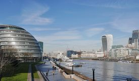 Nowożytni budynki w Londyn na bankach Thames Zdjęcie Royalty Free