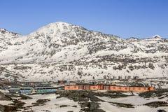 Nowożytni Inuit domy i Ukkusissat góra (sklep Malene) Obraz Stock