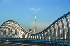Nowożytny bielu most w Dubaj z Burj Khalifa na tle obraz royalty free