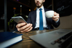 Nowożytny biznesmen z Smartphone Pracuje w kawiarni Zdjęcia Royalty Free