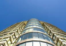 Nowożytny budynek biurowy przeciw jasnemu niebieskiemu niebu Obrazy Royalty Free
