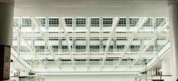 Nowożytny budynek biurowy z szklanym panelu dachem Obraz Royalty Free