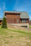 Nowożytny dom w jaskrawym letnim dniu zdjęcie stock