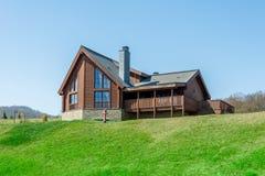 Nowożytny dom w jaskrawym letnim dniu fotografia royalty free